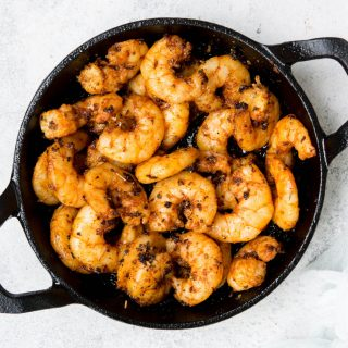 blackened keto shrimps in a cast-iron skillet